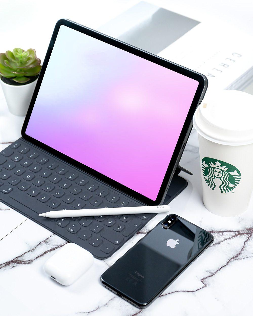 20-ipad-pro-on-desk-mockup