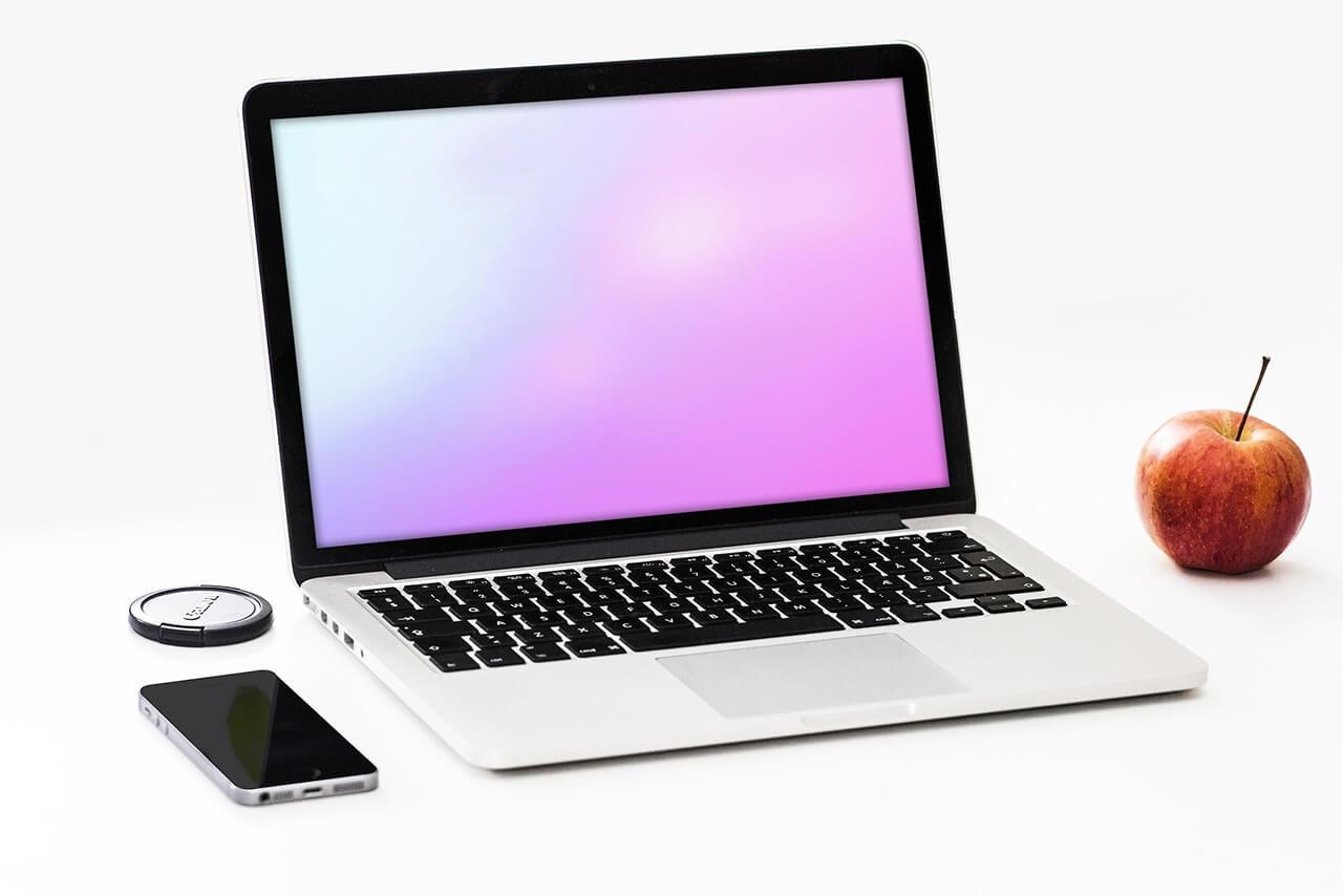 24_macbook_on_desk_website_laptop_mockup_psd